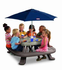 Kindersitzgruppe Garten mit Sonnenschirm