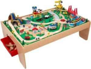 Holzeisenbahn mit Tisch