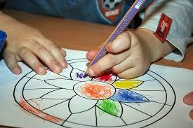 Kind malt an Tisch